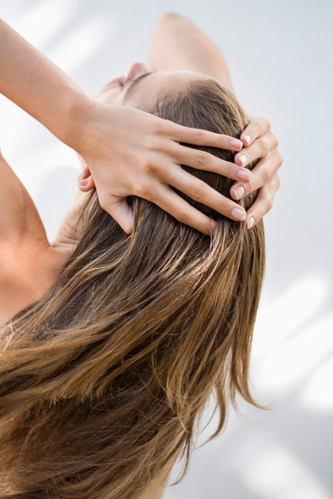 ¿Por qué es importante preparar el cuero cabelludo antes de la coloración?