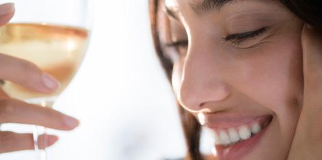 El alcohol y la piel: ¿cómo la bebida afecta tu cutis?