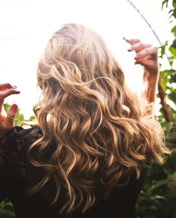 Exfoliantes para el cuero cabelludo: la última tendencia anticaspa